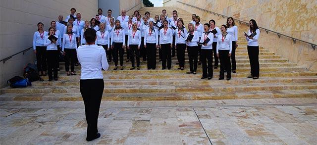 Chor mit Chorleiterin im Vordergrund
