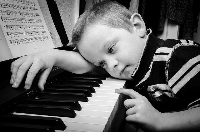 Kind Klavier Grundschule