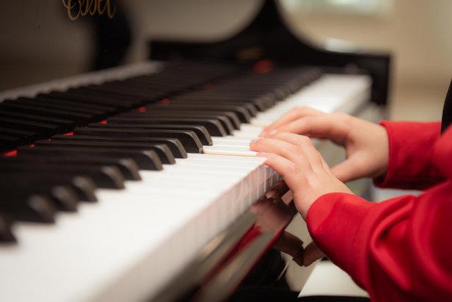 Kind beim Klavierspielen